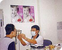 小兒科醫師看診照片